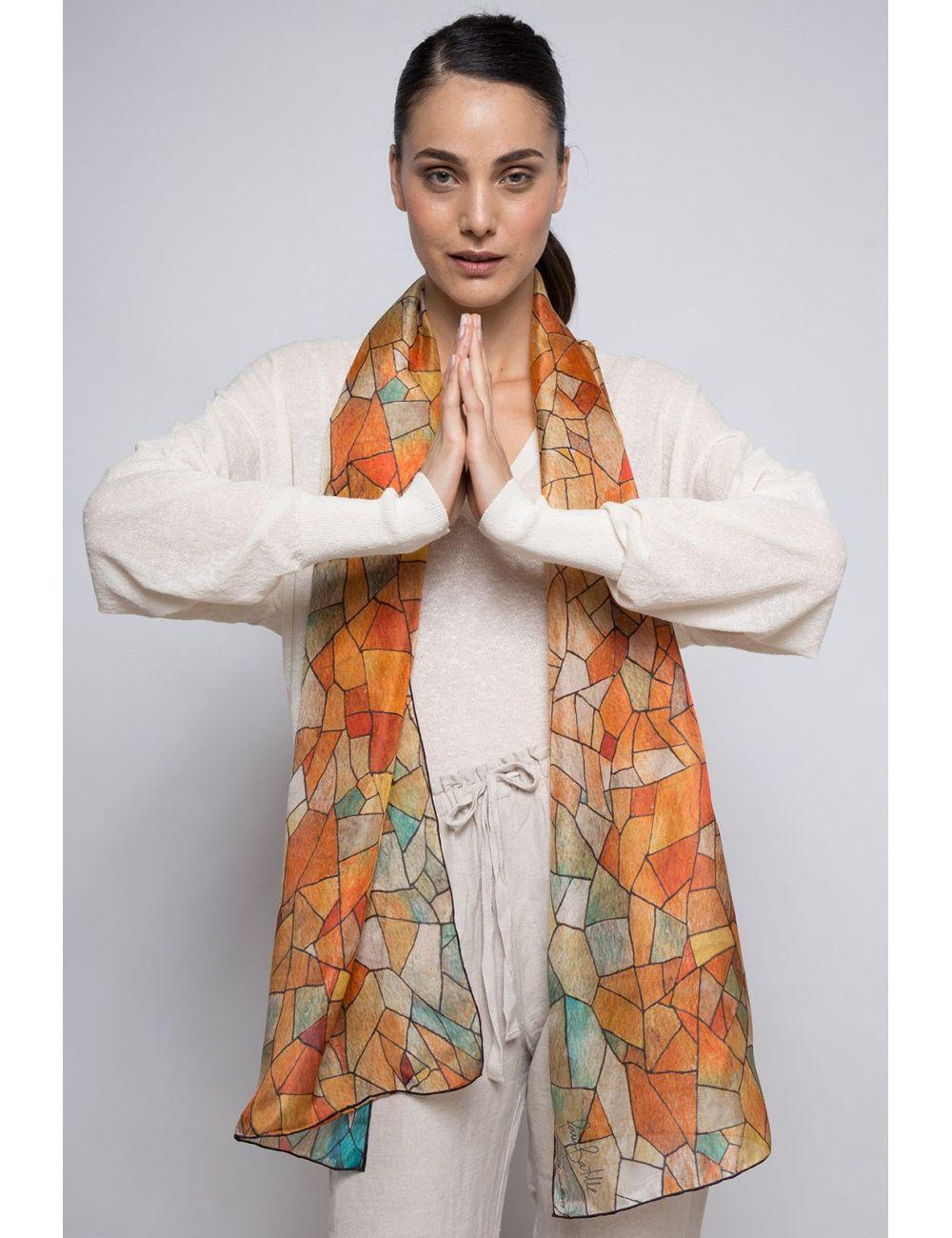 """""""Cielo y Tierra"""", fular de seda natural y diseño geométrico inspirado en el arte de Gaudí. Colores tostados."""