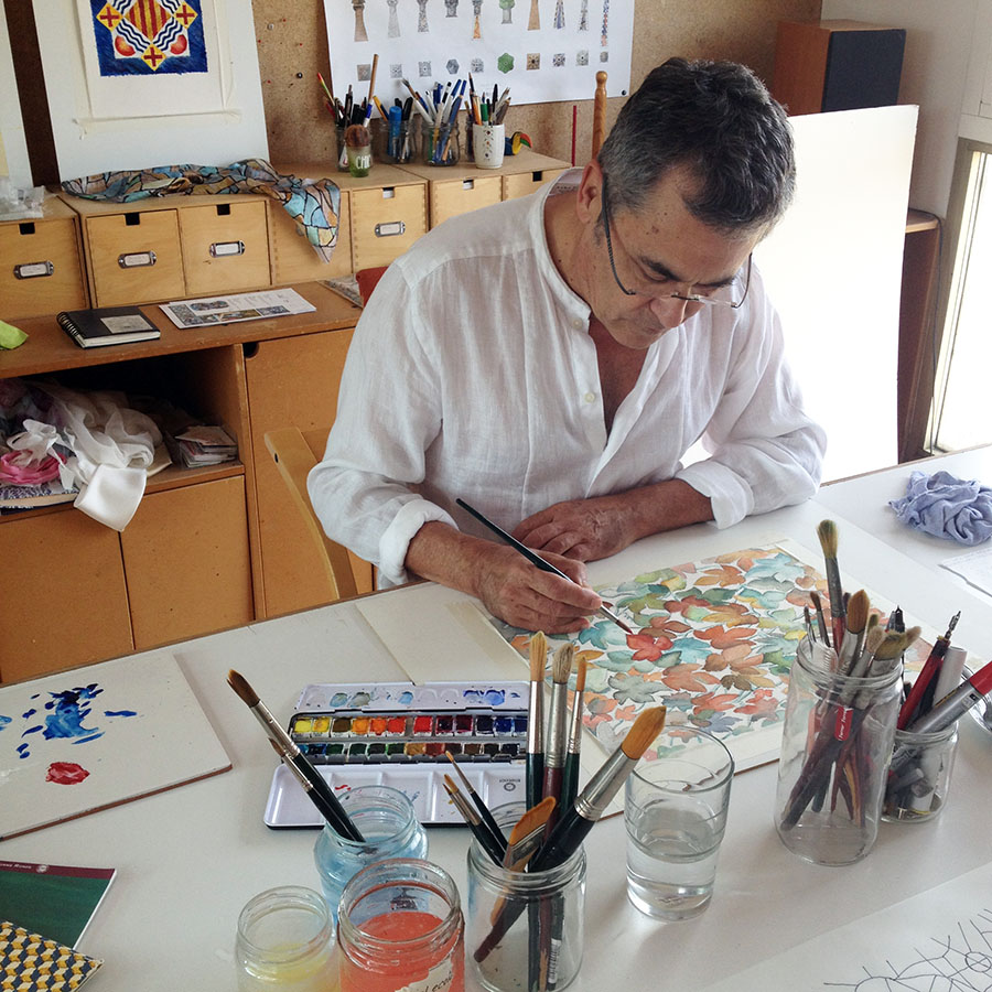 Pau Batlle painting a design for a silk scarf Daba Disseny Barcelona som art en seda